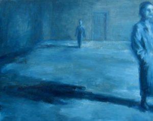 Twee mensen bevinden zich in een grote blauwe zaal, met lange schaduwen.